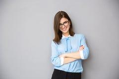 Ritratto di una donna di affari felice con le armi piegate Fotografia Stock Libera da Diritti
