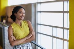 Ritratto di una donna di affari sicura sul lavoro dentro Fotografia Stock Libera da Diritti