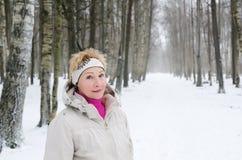 Ritratto di una donna di mezza età di un vicolo di inverno Immagine Stock Libera da Diritti