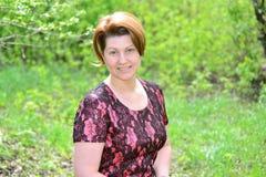 Ritratto di una donna di mezza età sulla natura Fotografia Stock Libera da Diritti