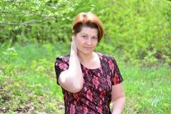 Ritratto di una donna di mezza età sulla natura Fotografia Stock