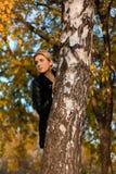 Ritratto di una donna dietro un albero immagine stock
