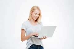 Ritratto di una donna felice che per mezzo del computer portatile Immagini Stock