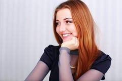 Ritratto di una donna felice del giovane beautigul che sembra giusta Fotografia Stock