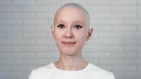 Ritratto di una donna felice del superstite del cancro che sorride e che esamina la macchina fotografica stock footage