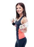 Ritratto di una donna felice di forma fisica con l'asciugamano fotografia stock libera da diritti