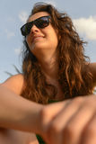 Ritratto di una donna felice in occhiali da sole Immagine Stock Libera da Diritti