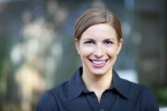 Ritratto di una donna graziosa che sorride alla macchina fotografica Immagini Stock