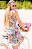Ritratto di una donna graziosa sulla bicicletta nel parco fotografia stock libera da diritti
