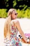 Ritratto di una donna graziosa sulla bicicletta nel parco fotografia stock
