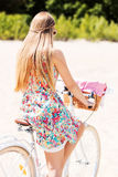 Ritratto di una donna graziosa sulla bicicletta nel parco immagine stock