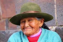 Ritratto di una donna locale che si siede nella via di Cusco, Perù fotografia stock