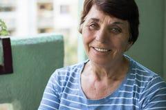 Ritratto di una donna maggiore sorridente fotografia stock libera da diritti