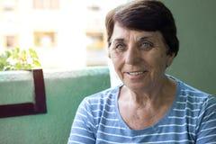 Ritratto di una donna maggiore sorridente immagini stock libere da diritti