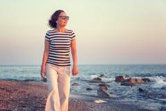 Ritratto di una donna matura attraente alla moda 50-60 anni sul Fotografie Stock