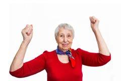 Ritratto di una donna matura che fa un gesto del vincitore immagini stock