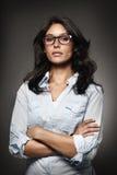 Ritratto di una donna moderna con i vetri Fotografie Stock