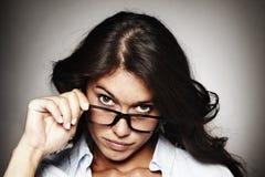 Ritratto di una donna moderna con i vetri Fotografia Stock
