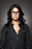 Ritratto di una donna moderna con i vetri Immagine Stock