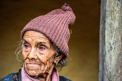 Ritratto di una donna molto anziana dell'agricoltore nel Nepal Immagini Stock