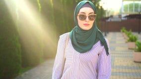 Ritratto di una donna musulmana alla moda nel hijab, sunflare stock footage