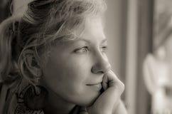 Ritratto di una donna pensierosa nel nero e nel whote Fotografia Stock Libera da Diritti