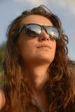 Ritratto di una donna pensierosa in occhiali da sole Immagini Stock