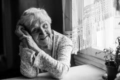Ritratto di una donna positiva anziana 75-80 anni Fotografia Stock Libera da Diritti
