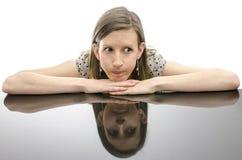 Donna preoccupata che pende su una tavola Fotografie Stock