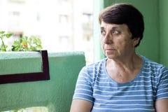 Ritratto di una donna senior pensierosa fotografie stock libere da diritti