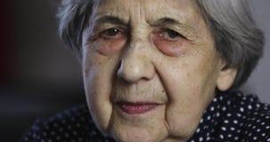Ritratto di una donna senior triste con le grinze profonde video d archivio