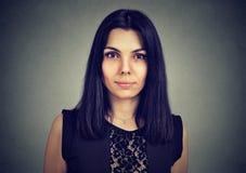 Ritratto di una donna seria che esamina macchina fotografica fotografie stock