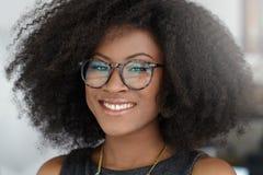 Ritratto di una donna sorridente di affari con un afro Immagini Stock Libere da Diritti