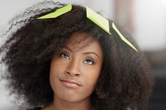 Ritratto di una donna sorridente di affari con un afro Fotografia Stock Libera da Diritti