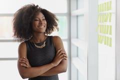 Ritratto di una donna sorridente di affari con un afro Fotografie Stock