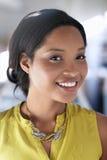 Ritratto di una donna sorridente di affari in luminoso Immagine Stock