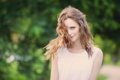 Ritratto di una donna sorridente felice Fotografie Stock