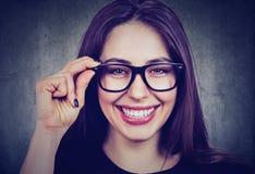Ritratto di una donna sorridente in vetri Immagini Stock