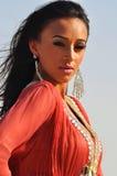 Ritratto di una donna splendida del brunette in vestito rosso Fotografie Stock Libere da Diritti