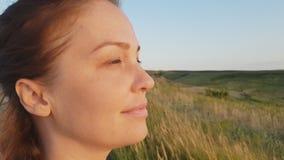 Ritratto di una donna, donna di stile di vita nella sera nel primo piano del campo, il concetto di uno stile di vita sano e archivi video