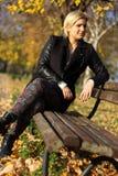 Ritratto di una donna su un banco immagini stock libere da diritti
