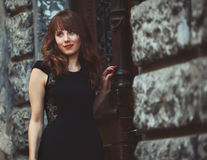 Ritratto di una donna sveglia in vestito caldo che si appoggia la parete Immagine Stock Libera da Diritti