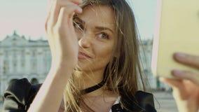 Ritratto di una donna turistica che prende selfie stock footage