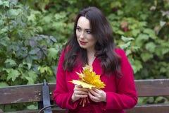 Ritratto di una donna in un cappotto rosso immagini stock