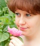 Ritratto di una donna in un giardino Immagine Stock