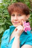 Ritratto di una donna in un giardino Immagini Stock Libere da Diritti