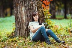 Ritratto di una donna in un parco di autunno Fotografia Stock Libera da Diritti