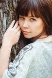 Ritratto di una donna in un parco di autunno Fotografie Stock Libere da Diritti