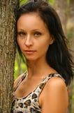 Ritratto di una donna vicino ad un albero immagini stock