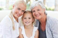 Ritratto di una famiglia allegra che esamina la macchina fotografica immagini stock